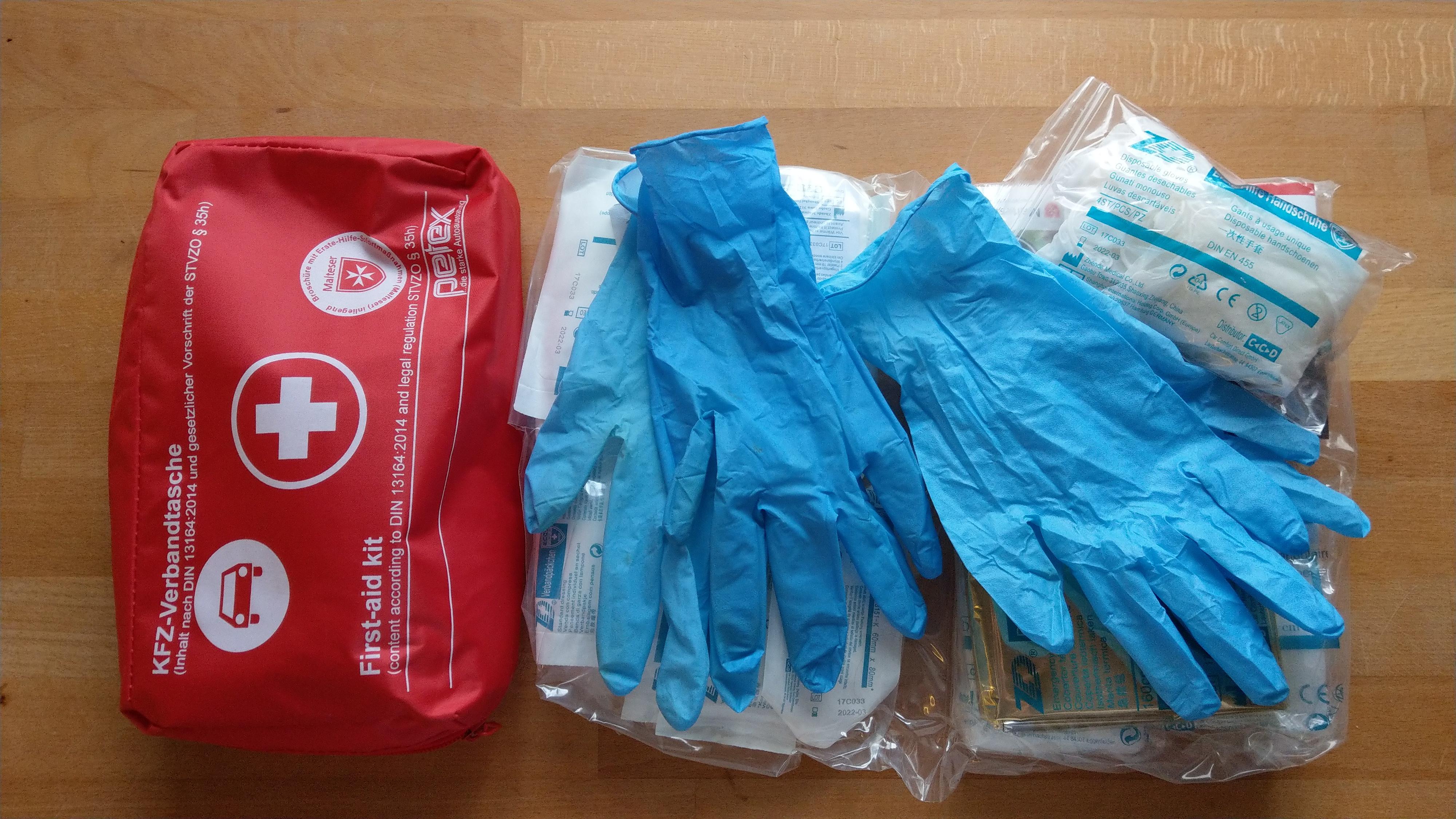 Verbandskasten mit Handschuhen